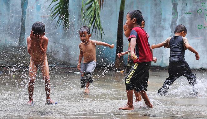 anak anak main hujan