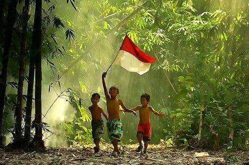 anak kecil bawa bendera
