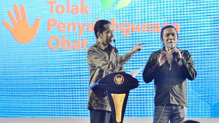 Jokowi berdialog dengan Bimbim Slank di acara Aksi Nasional Penyalahgunaan Obat dan Peredaran Obat Ilegal