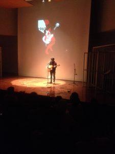 Fajar Merah membawakan musikalisasi puisi karya ayahnya, Bunga dan Tembok
