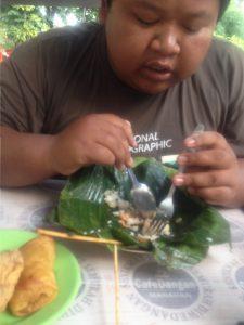 "Ari ""Kentung"" Widodo sedang makan dengan lahap"
