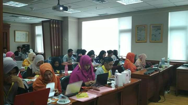 Para peserta konsentrasi menulis saat lomba blog