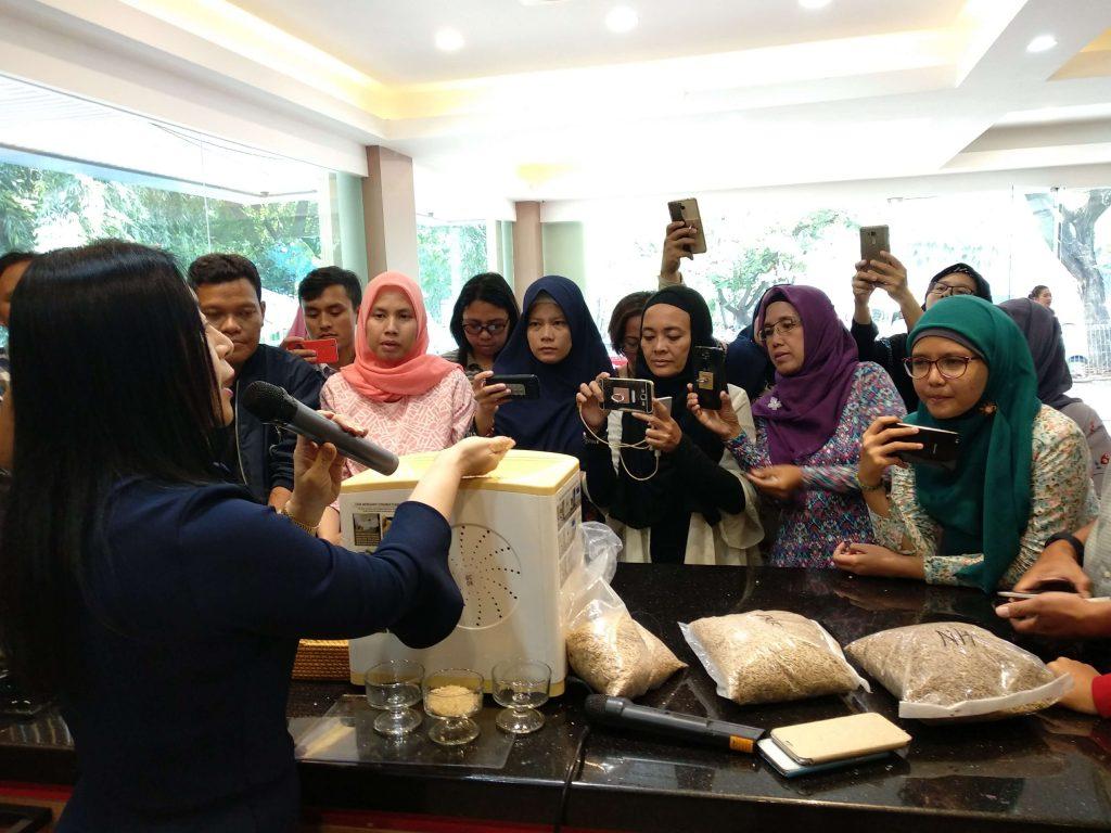 Ibu Jenny Widjaja CEO PT Readboy Indonesia menjelaskan cara kerja mesin Re-Rice kepada teman-teman BLogger