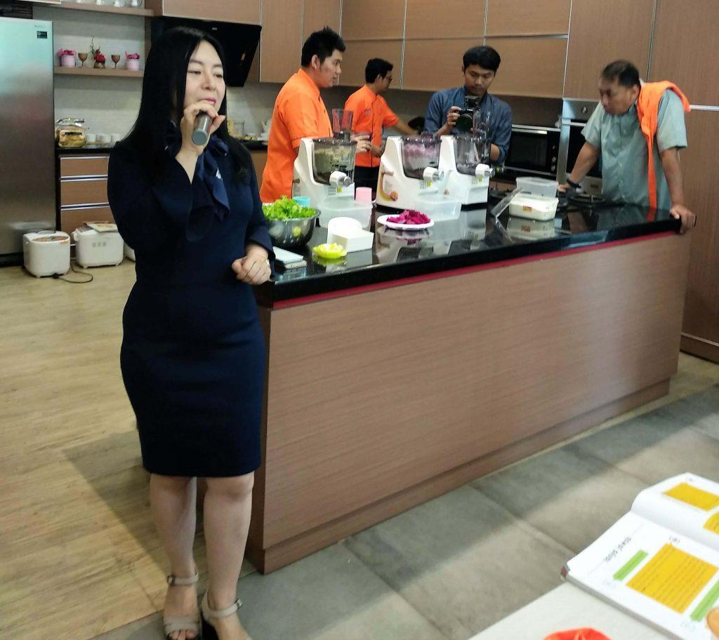 Ibu Jenny Widjaya Direktur Utama PT Readboy Indonesia saat menjelaskan mengenai mesin Re-Noodle