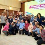 Saya dan teman-teman Blogger Jakarta foto bareng dengan Mba Ollie
