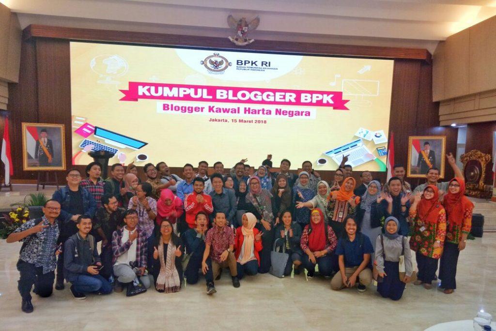 Foto bersama para narasumber dan teman-teman Blogger