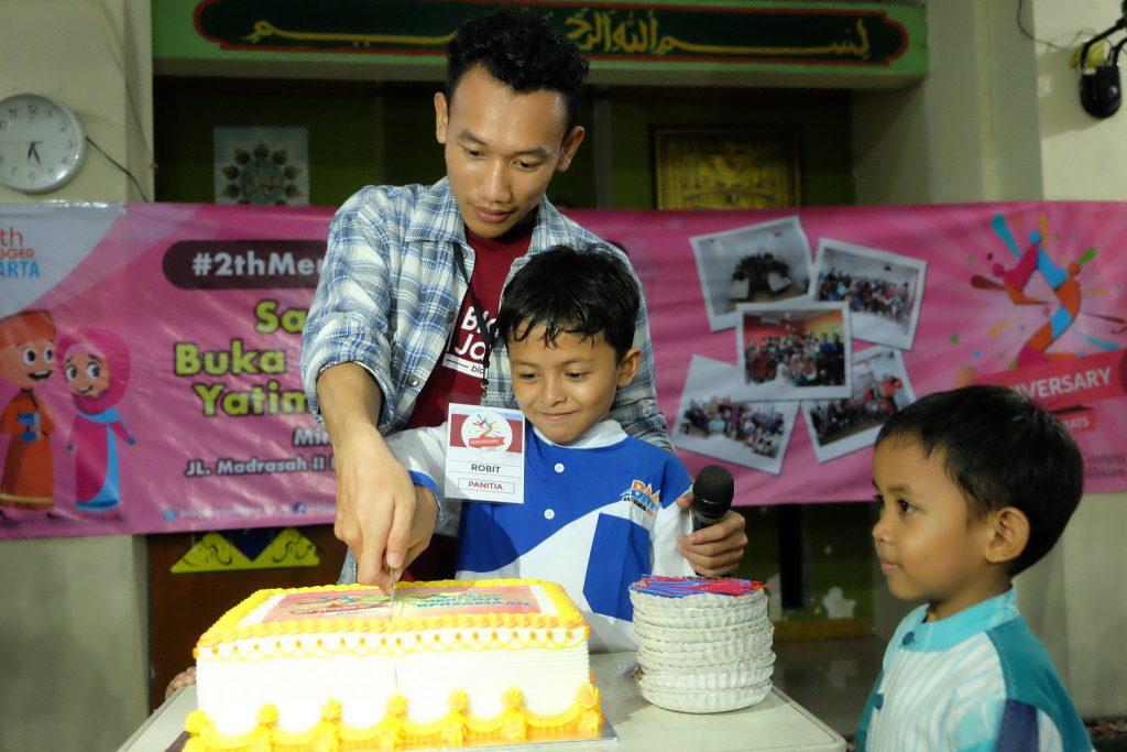 Pemotongan Kue Ulang Tahun Blogger Jakarta