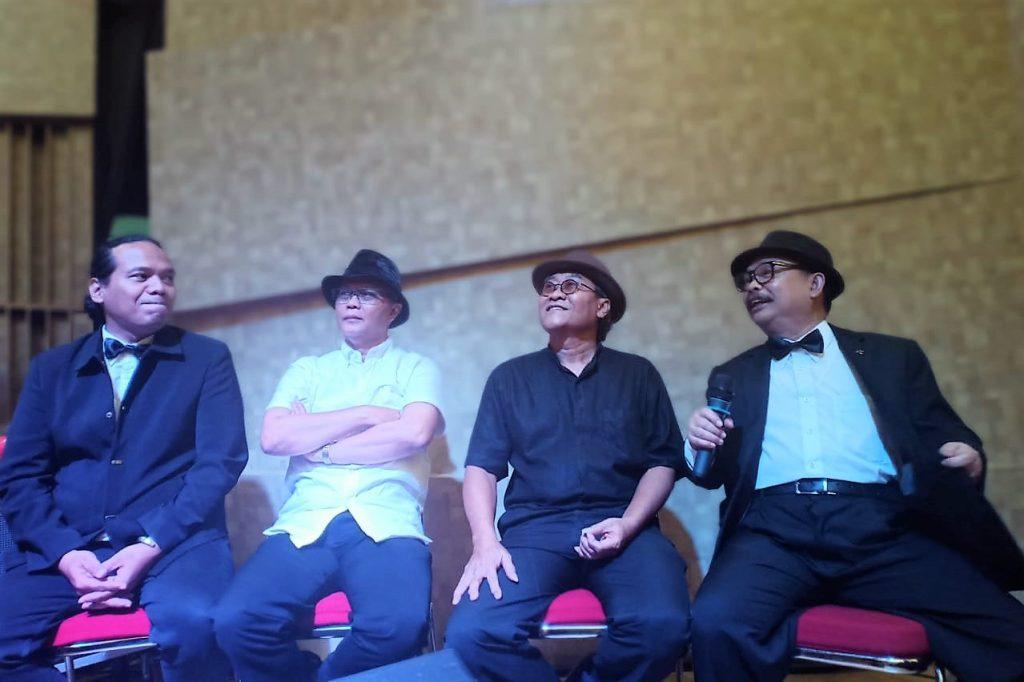 Beberapa personel The Professor usai konser