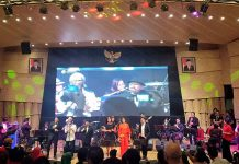 Yok Koeswoyo Koes Plus ikut bernyanyi di panggung