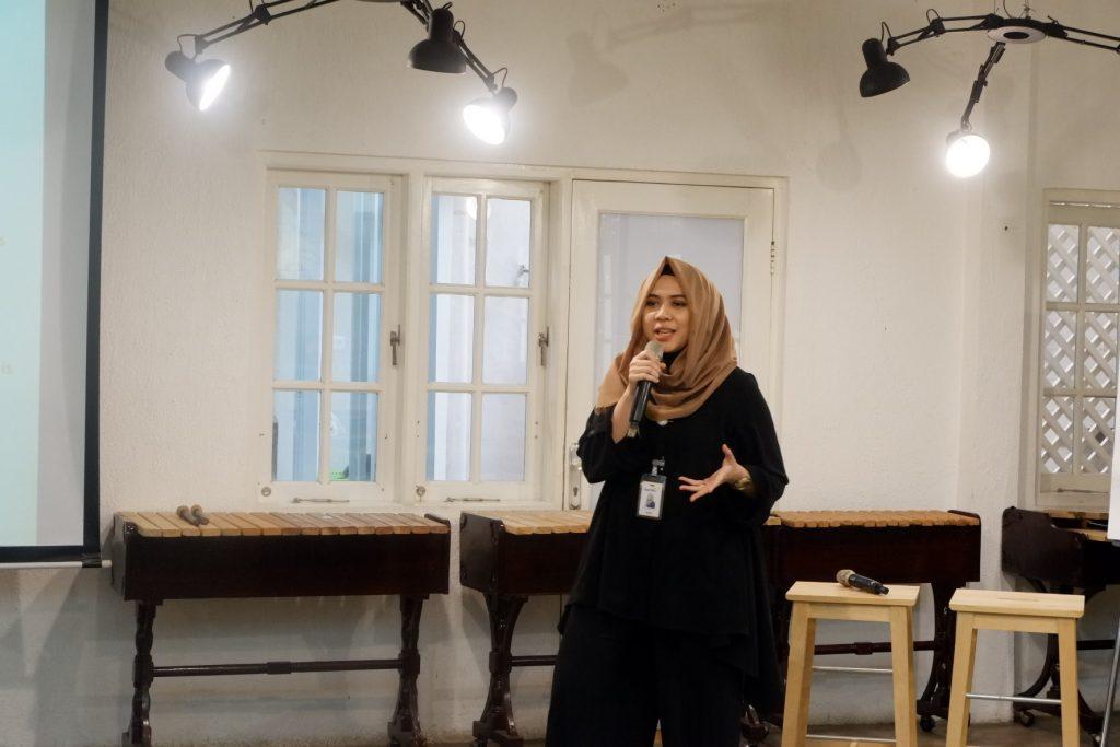 Mba Fushiko saat mempresentasikan Mandiri Online