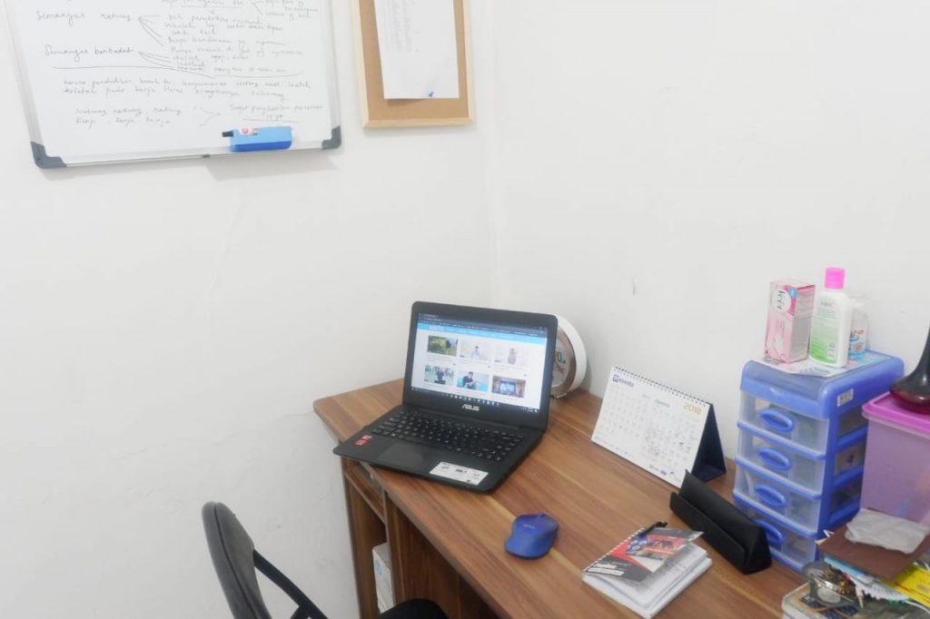 Salah satu sudut ruangan, yang dijadikan tempat kerja