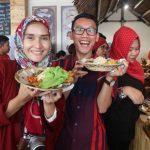 Saya dan Mba Elly Nurul mencoba menu di Bakoel Ussy