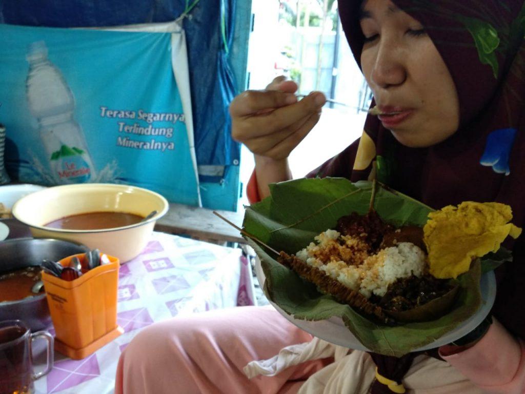 Istri Mencoba Nasi Jamblang
